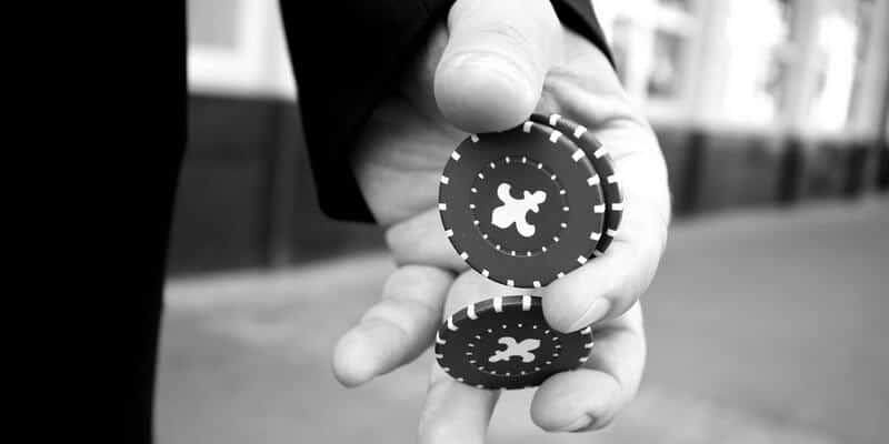 Chips de casino en la mano